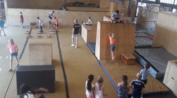 Die Klasse 2b macht einen sportlichen Ausflug in die Parkour Halle